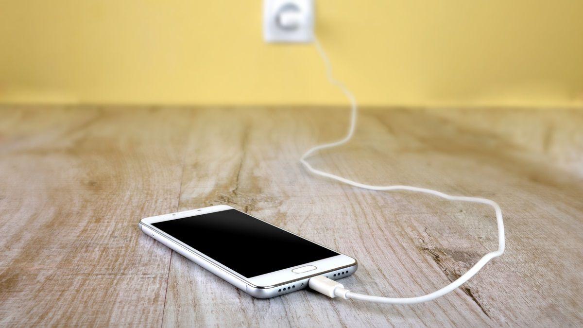 Muere niño al recibir una descarga eléctrica mientras jugaba con su celular