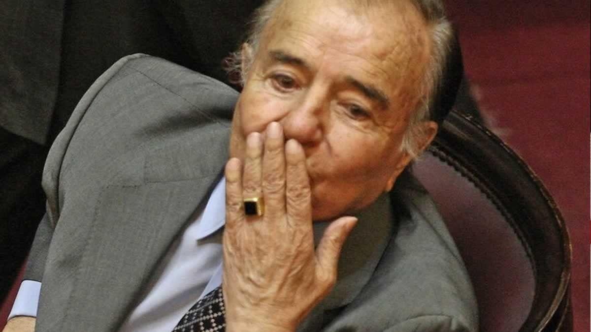 El ex presidente y senador nacional Carlos Menem con el anillo de oro y ónix