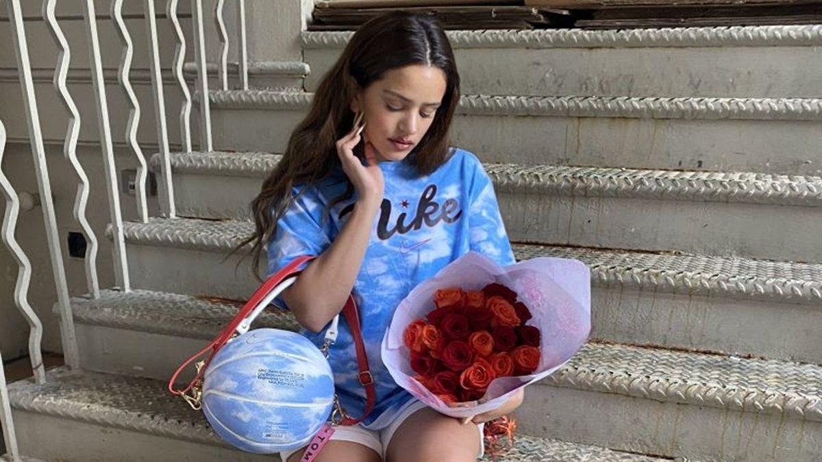 ¡Un misterio! Rosalía recibe flores de un pretendiente anónimo