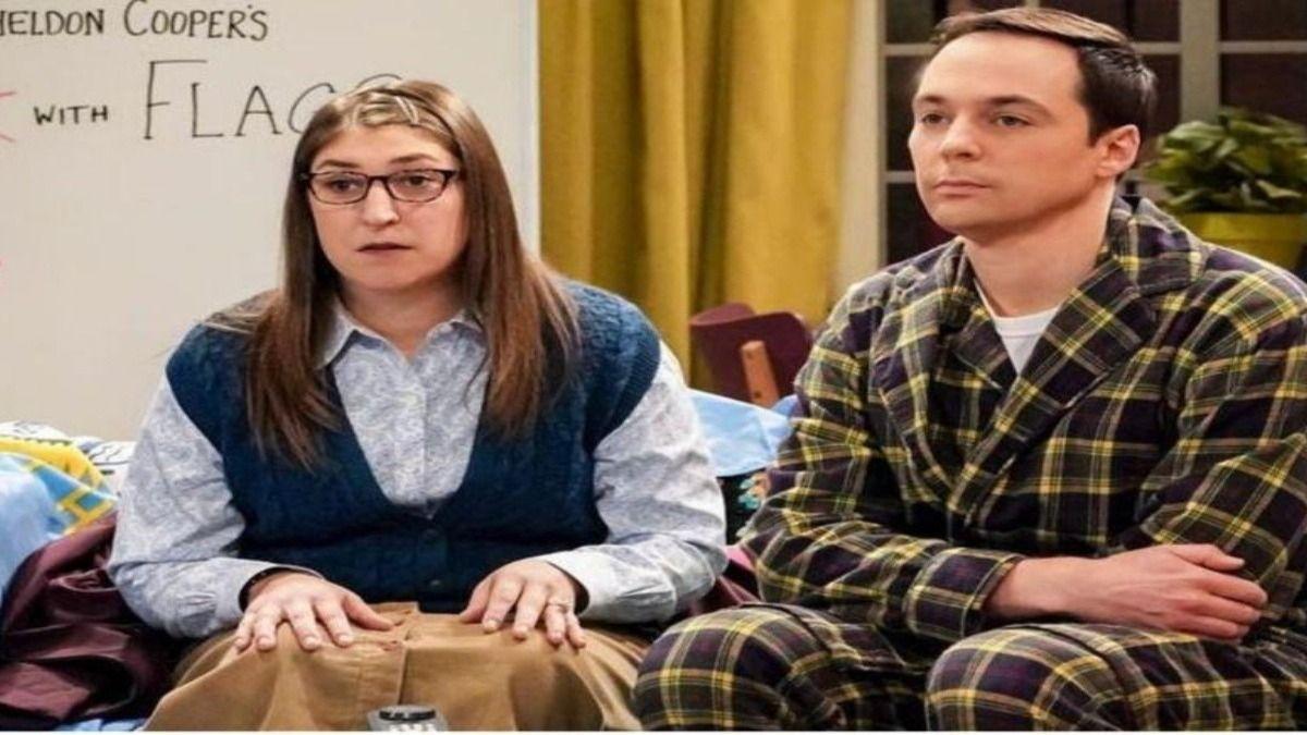 La actriz Mayim Bialik junto a Jim Parson en una escena de The Big Bang Theory