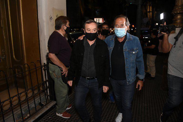 Guillermo Francella y Pablo Codevilla llegando al funeral del actor Carlín Calvo