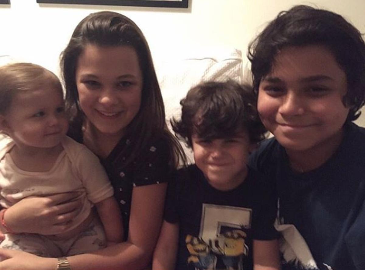 Alejandro Sanz feliz junto a sus cuatro hijos