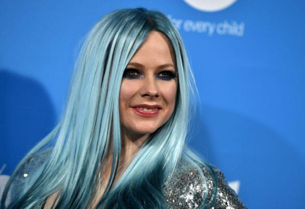 La cantante Avril Lavigne compartió en su tik tok un video junto a Tony Hawk