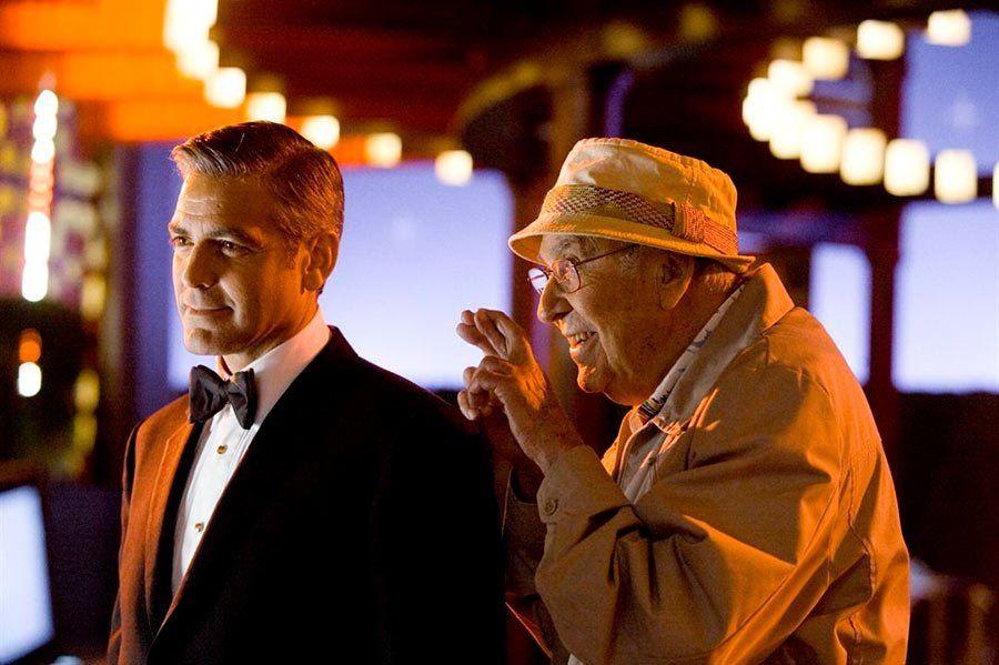 El comediante Carl Reiner en una escena de Ocean´s Eleven junto a George Clooney