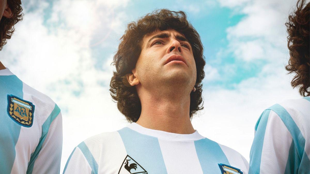 Nazareno Casero interpretando a Diego Maradona en la serie Sueño Bendito