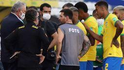 Lionel Messi con la pechera de fotógrafo durante el partido Argentina - Brasil