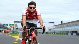 El piloto Fernando Alonso usualmente entrena en bicicleta