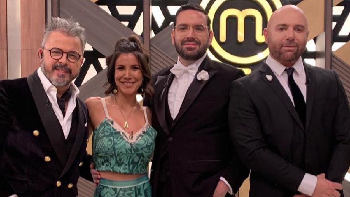 Andrea Rincón junto al jurado de MasterChef Celebrity