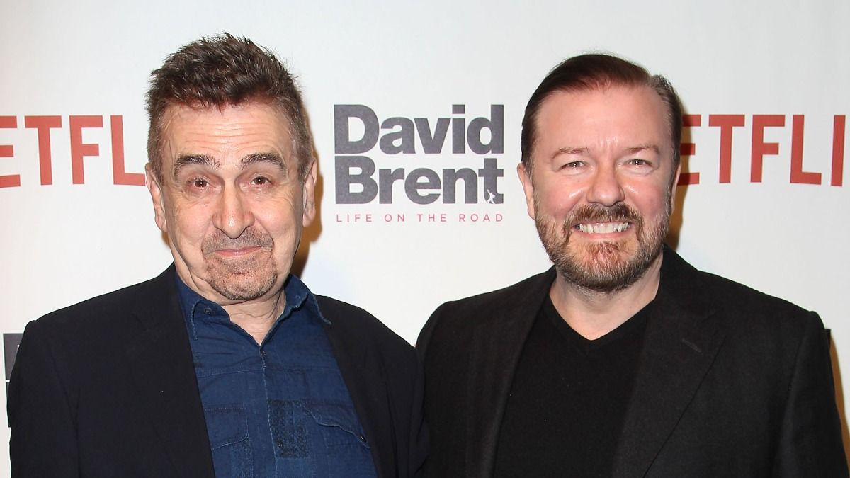 El productor de la serie After Life de Netflix Charlie Hanson junto a Ricky Gervais