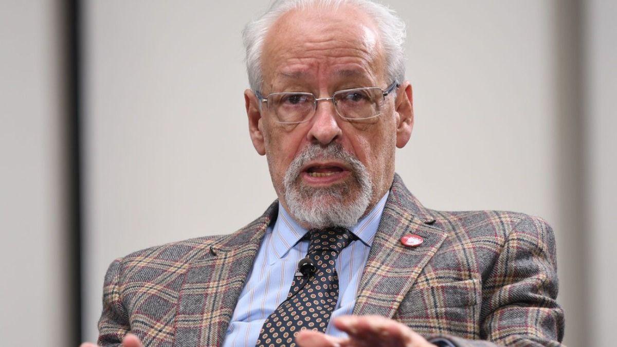 El periodista Horacio Verbitsky de 79 años recibió la dosis en el ministerio de Salud