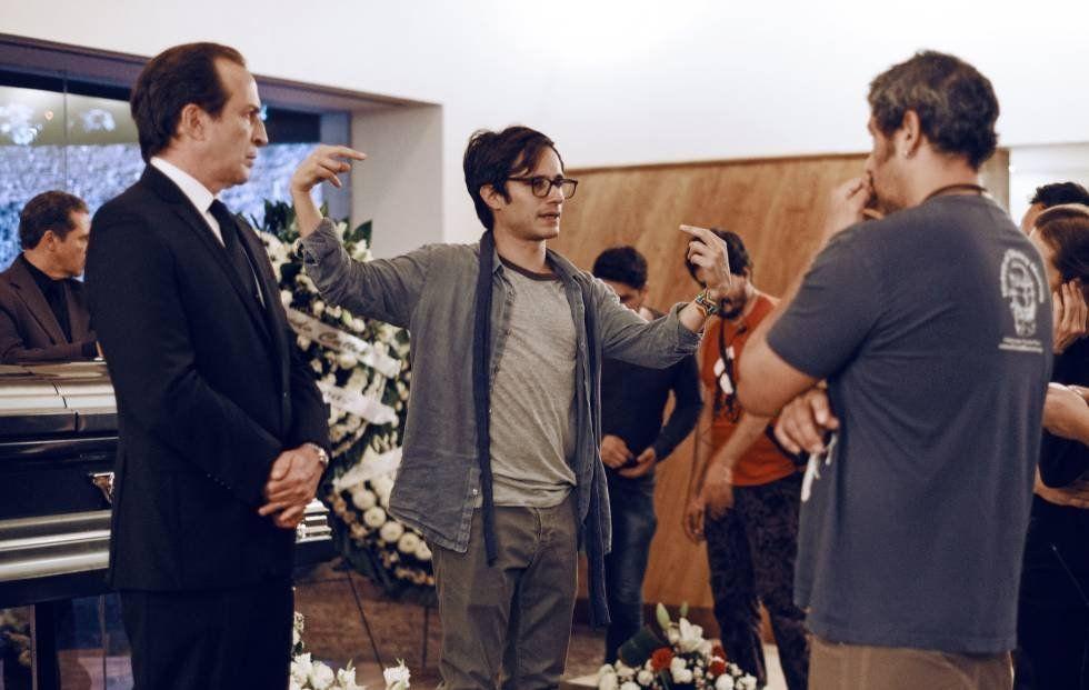 Gael García Bernal dirigiendo una escena con el actor Daniel Giménez Cacho