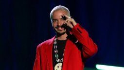 J Balvin se lleva el premio a Cantante Latino del Año en los premios Hombres del Año GQ