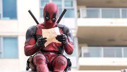 Ryan Reynolds con el traje de Deadpool promocionó la nueva película de Disney
