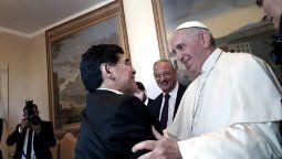 El papa Francisco le envió un rosario a la familia de Maradona