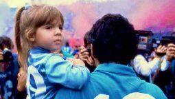 Dalma en brazos de su padre Diego Maradona cuando era niña