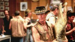 El actor Paul Hogan personificando a su famoso personaje Cocodrilo Dundee