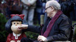 El humorista gráfico Quino, junto a la estatua de su obra más importante: Mafalda