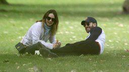 Chris EvansyLily James en un parque londinense