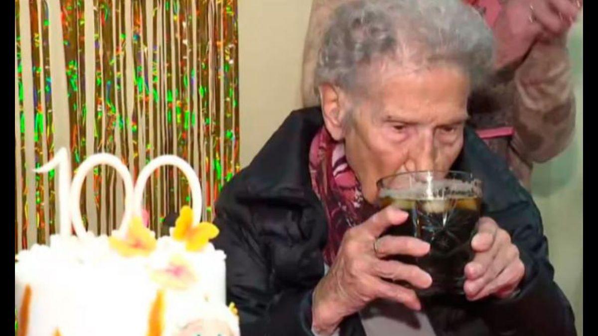 Una cordobesa cumplió 100 años y reveló su secreto: El fernet con coca es la clave