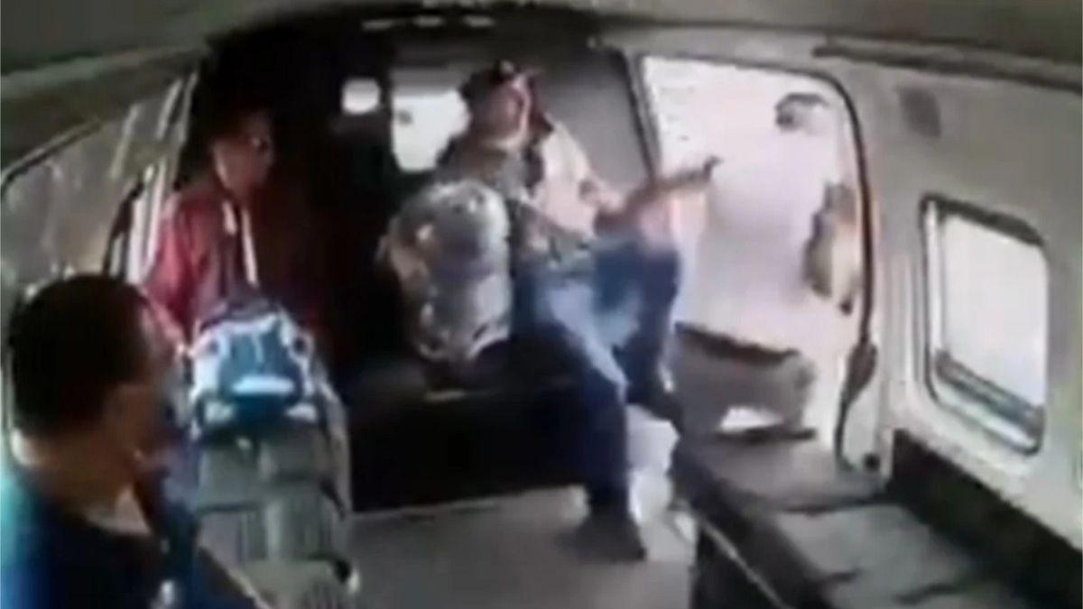 VIDEO: Asalto termina en brutal golpiza a ladrón