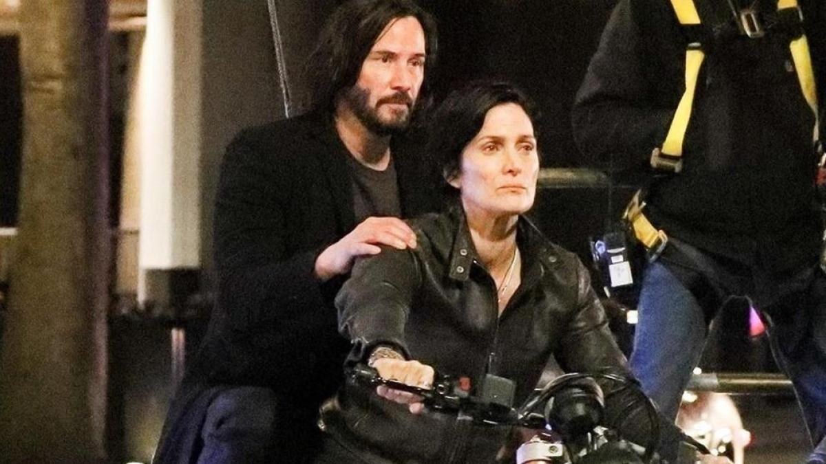 Los actores Keanu Reeves y Carrie-Anne Moss en una escena de la película Matrix: Resurrections