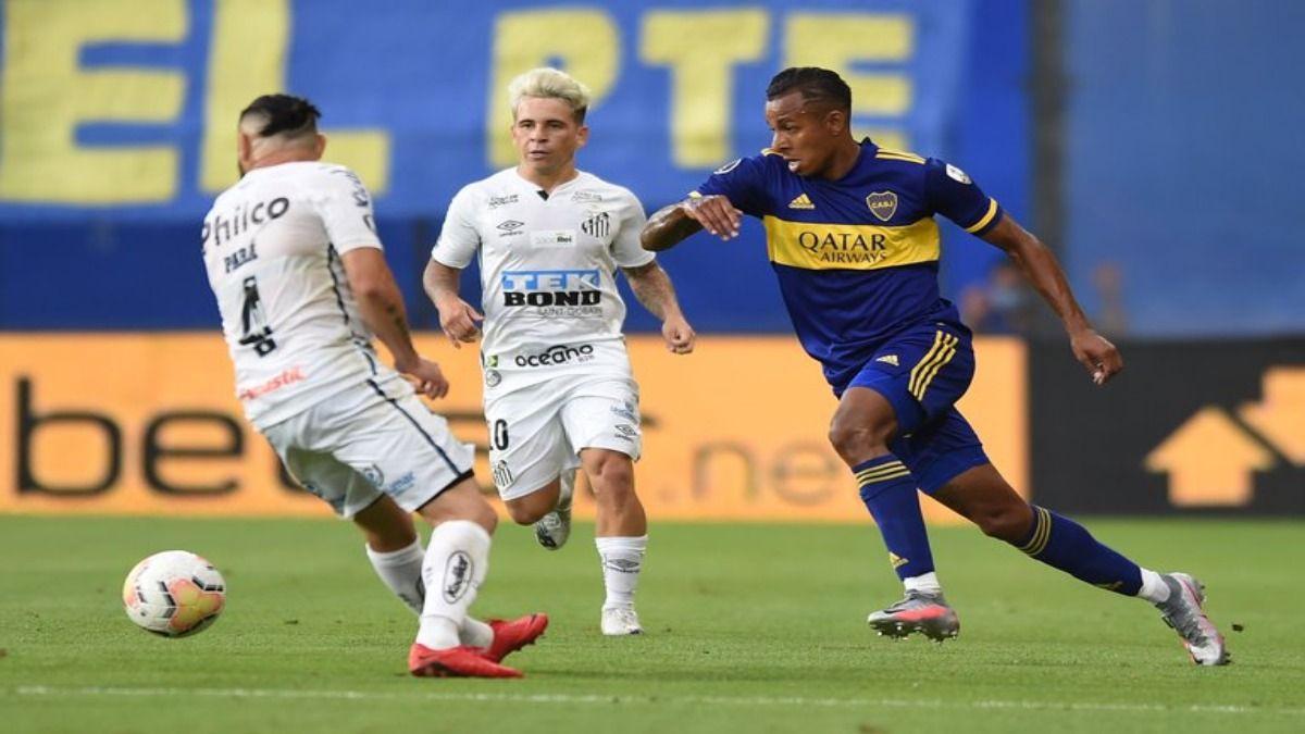 El delantero de Boca Juniors Sebastián Villa trato de anotar en la diana del Santos