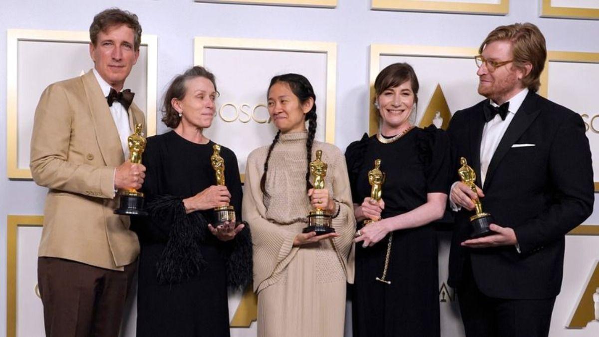 Chloé Zhao junto a los ganadores del Oscar por Nomadland