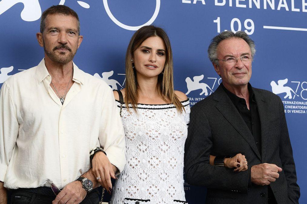 Antonio Banderas, Penélope Cruz y Oscar Martínez en la presentación de Competencia Oficial en el Festival Internacional de Cine de Venecia