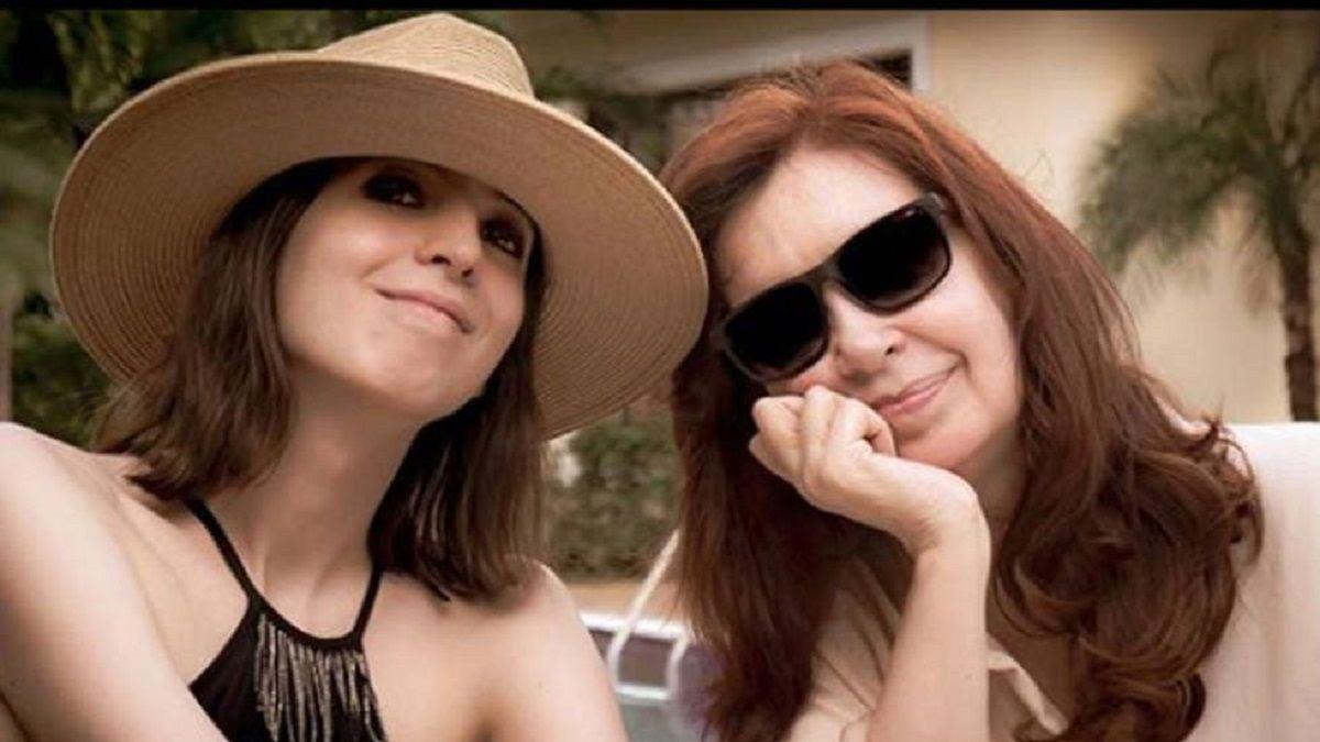 Florencia Kirchner junto a su madre