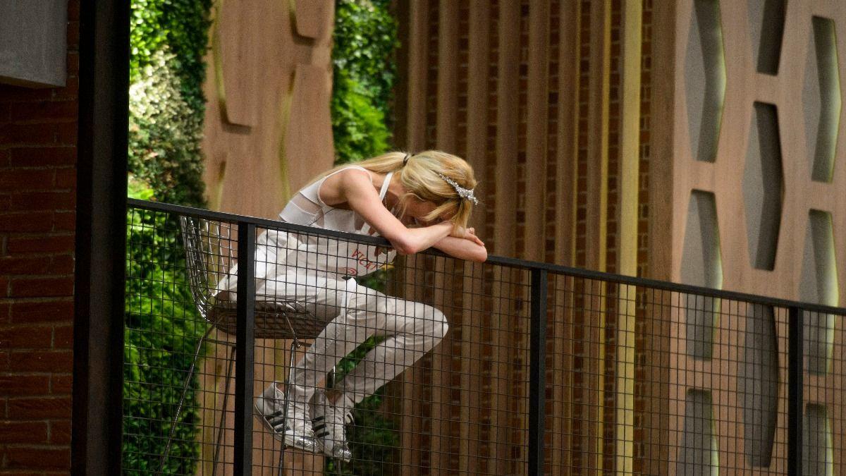 Vicky Xipolitakis llorando en el balcón de Masterchef tras zafar de la eliminación