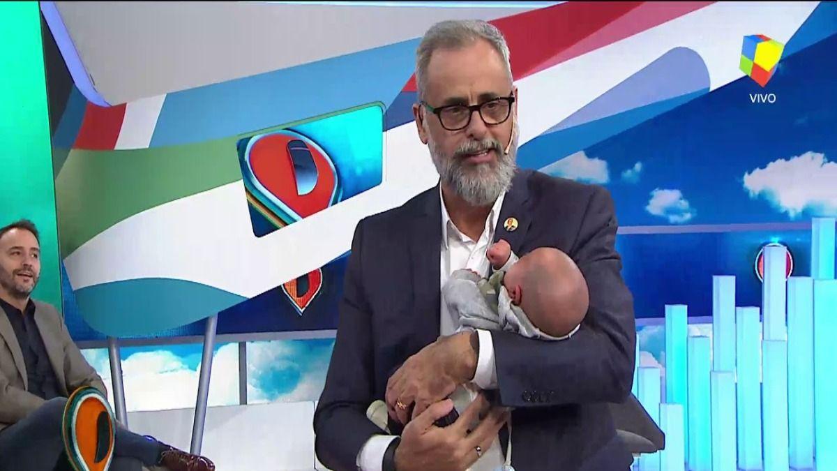 El conductor de Intrusos Jorge Rial junto a su nieto