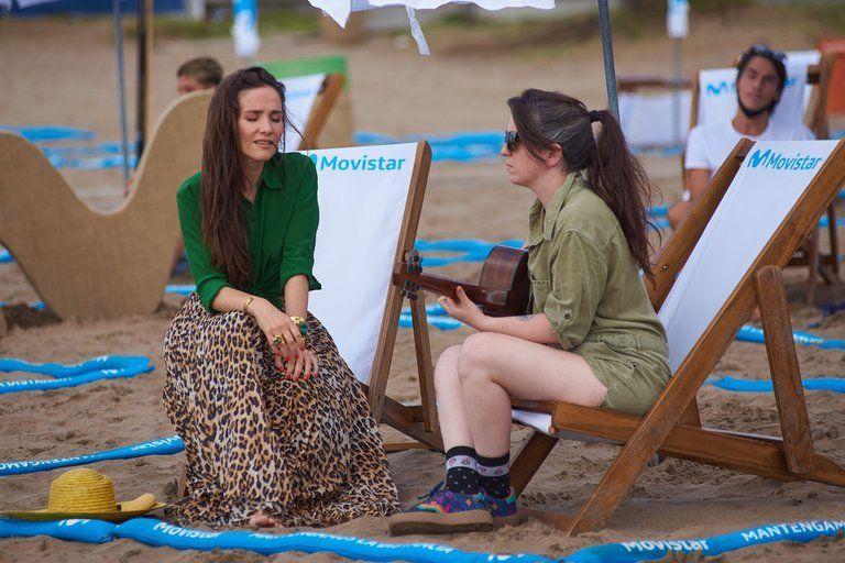 La cantante Natalia Oreiro cantando junto a Lucy Patane en Mar del Plata