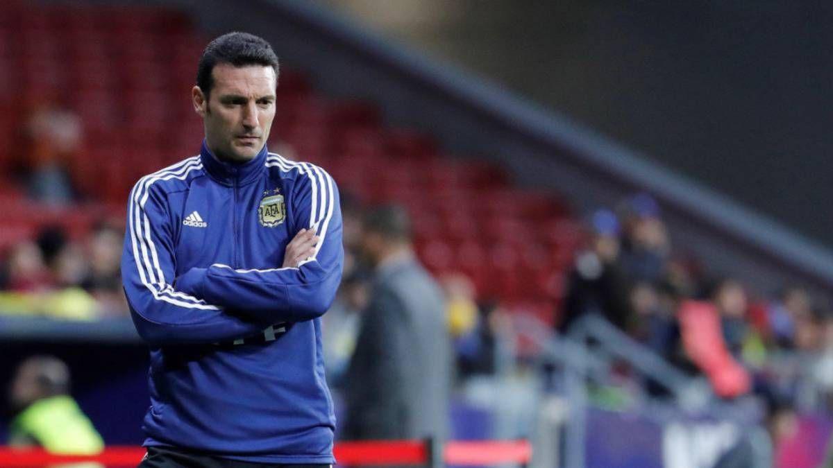 Lionel Scaloni el DT de la selección argentina no la tiene fácil para armar el once que presentará ante Paraguay