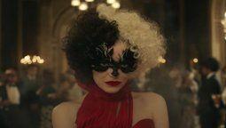 Esta es una de las imágenes de Emma Stone bajo la piel de Cruella de Vil
