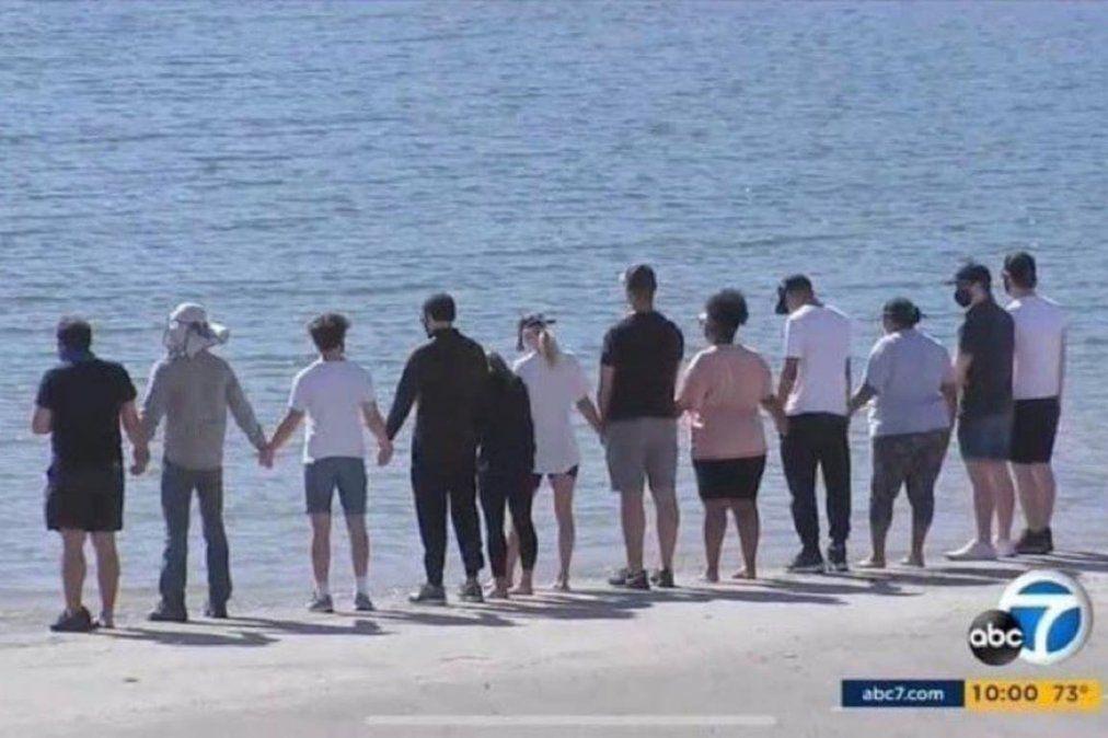 Miembros del elenco de Glee y familiares de Naya Rivera le rindieron tributo en el lago Piru