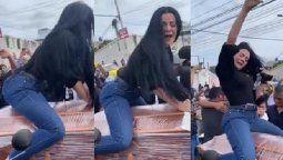 La viuda de un comerciante le hizo un peculiar baile al fallecido