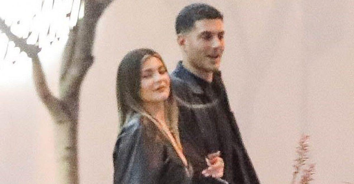 Foto de Kylie Jenner junto a un amigo saliendo del boliche