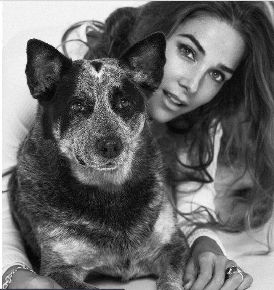 Juana Viale se fotografió con su mascota para Oh My Dog Magazine