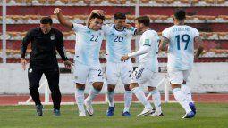 Los de Argentina festejando el gol ante la selección de Bolivia