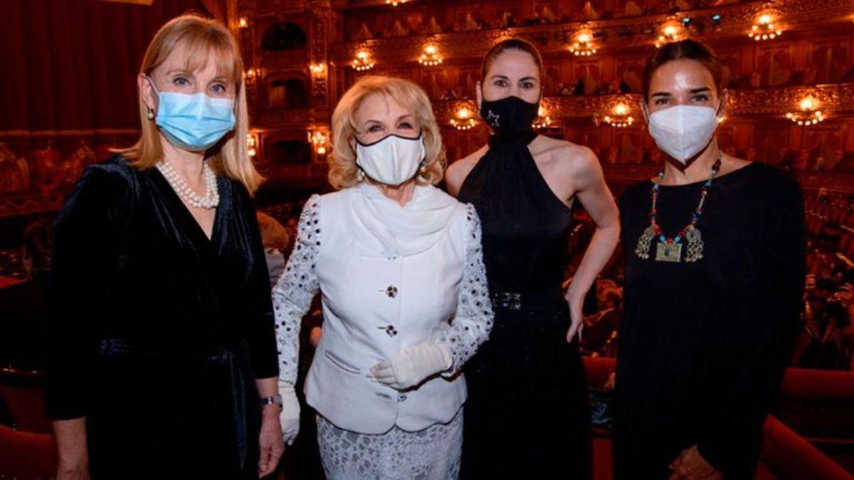 Mirtha Legrand y Juana Viale junto a las autoridades del Teatro Colón