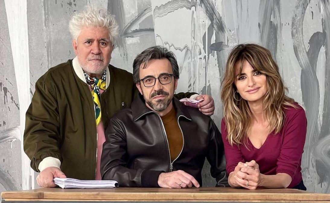 Pedro Almodóvar junto a Penélope Cruz y Israel Elejalde protagonistas de Madres Paralelas, la películas número 22 de la productora El Deseo