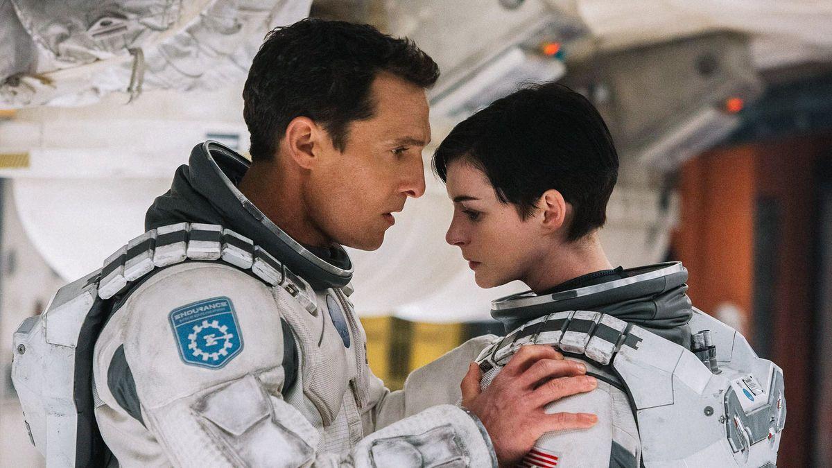 La película Interstellar es protagonizada porMatthew McConaughey y Anne Hathaway