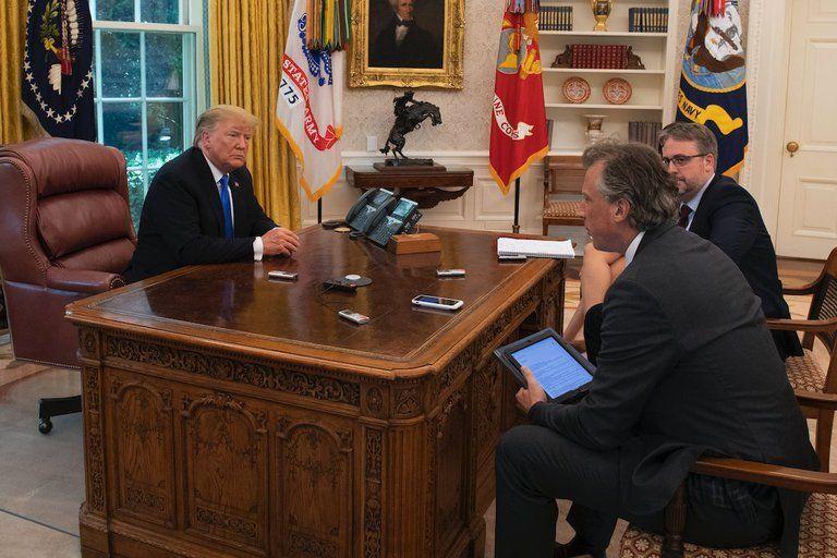 En la fotografía se puede ver la caja de madera que contiene el botón de Donald Trump
