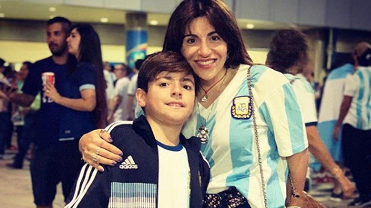 Gianinna Maradona junto a su hijo