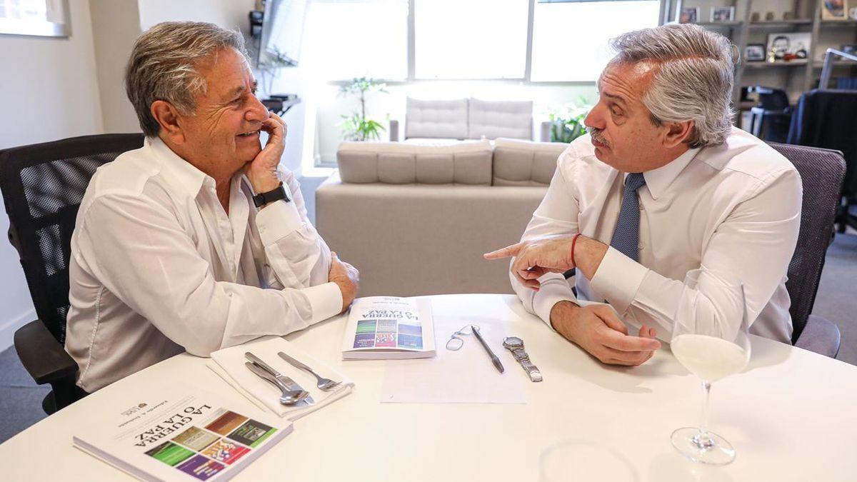 Eduardo Duhalde junto al presidente Alberto Fernández