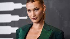¡Despampanante! Bella Hadid y su curioso collar en Cannes