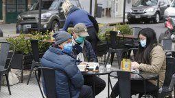 Reabren bares y restaurantes porteños con mesas al aire libre