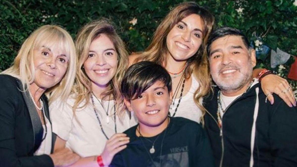 Diego Maradona junto a sus hijas Dalma y Gianinna