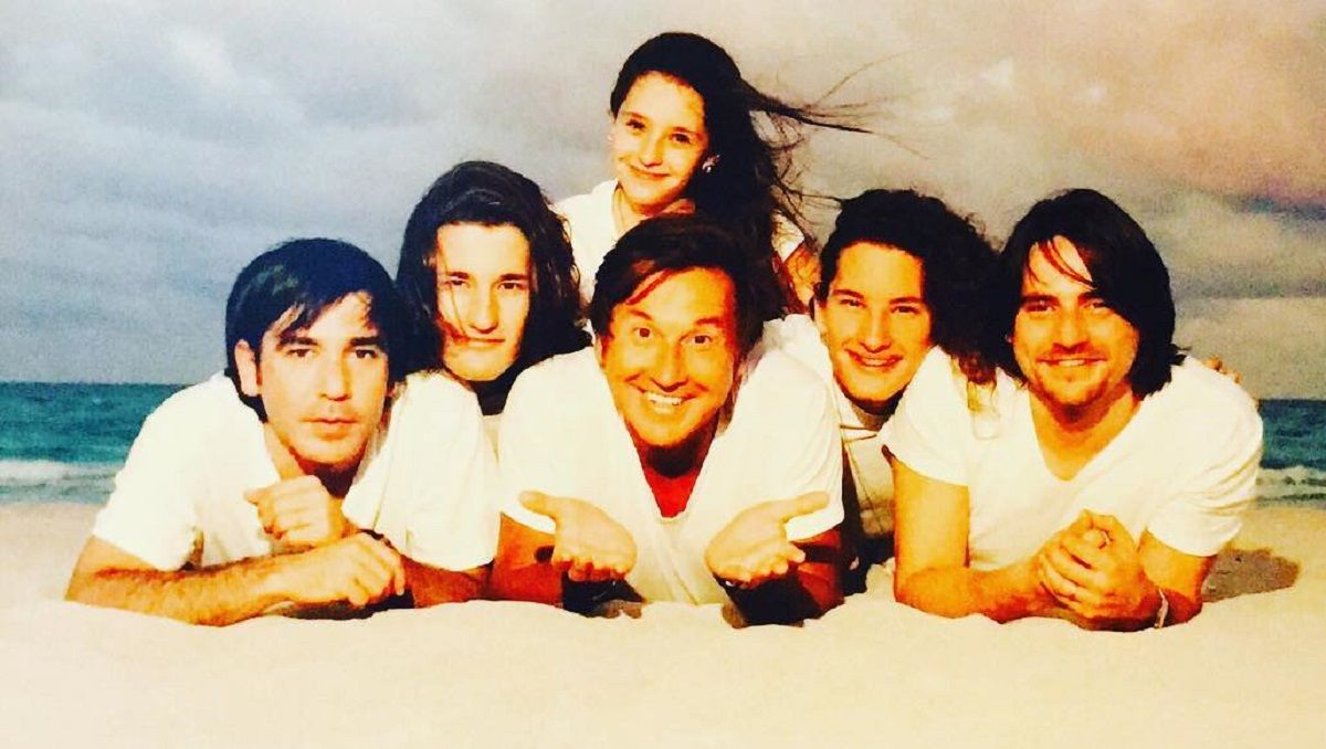 El cantante Ricardo Montaner junto a sus 5 hijos